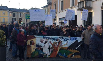 Cittadini in piazza contro polo commerciale e tangenziale