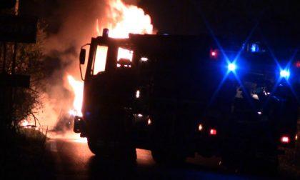 Auto in fiamme: arrivano i pompieri – FOTO