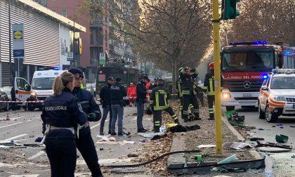 Il video dello scontro fra filobus e camion dei rifiuti a Milano