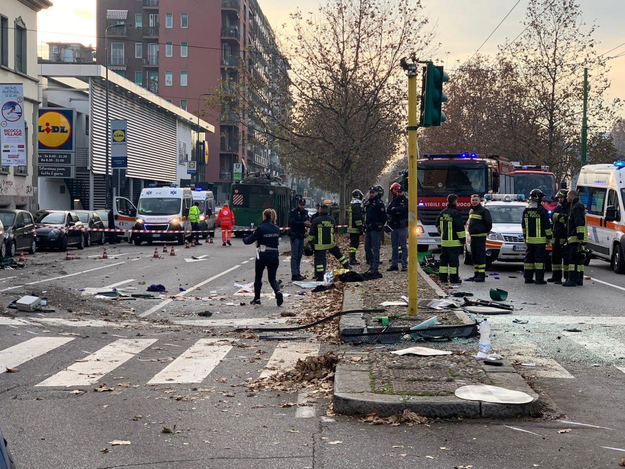 Milano, scontro filobus e camion rifiuti