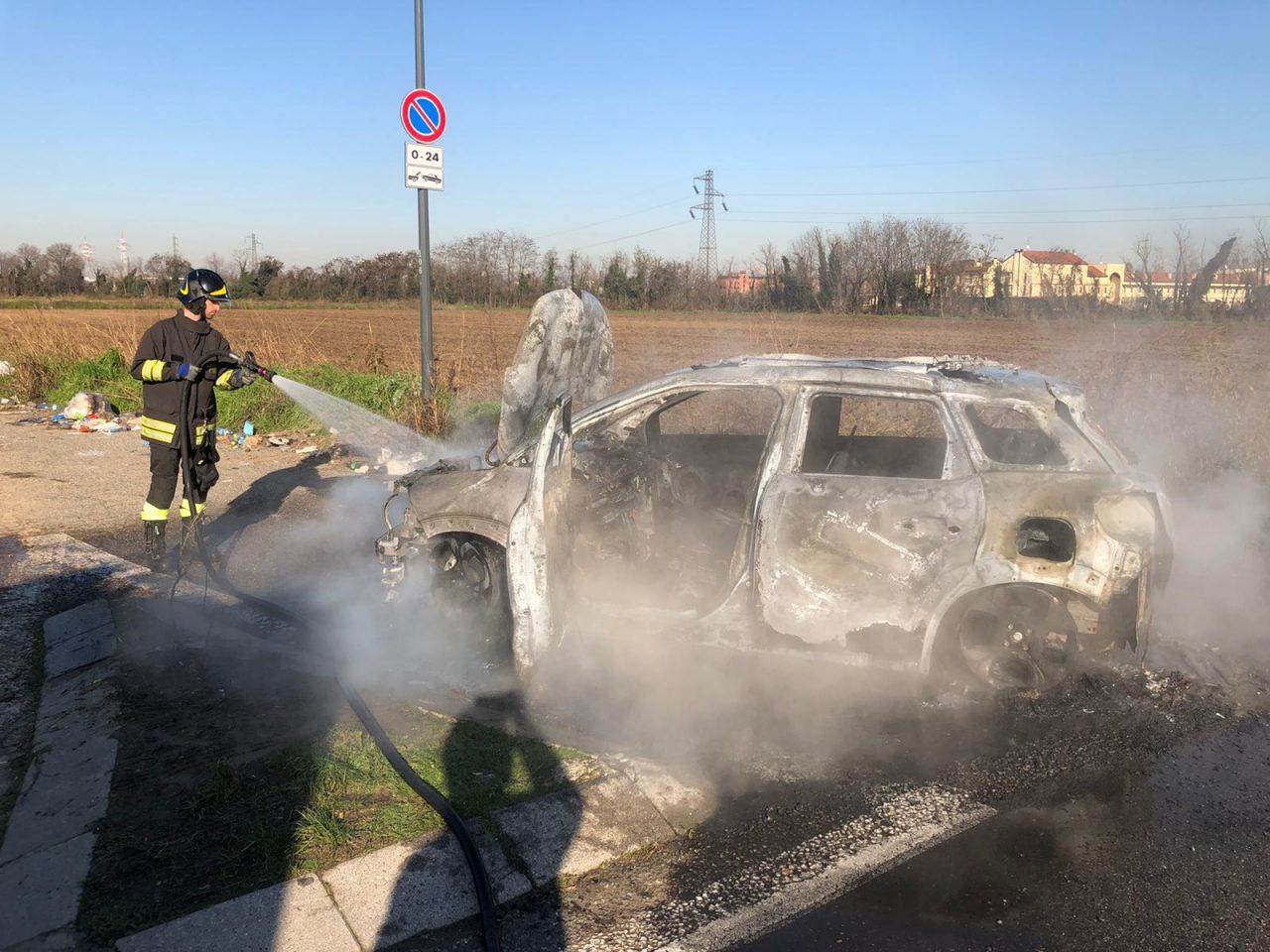 Settimo Milanese, auto in fiamme