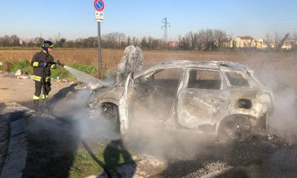Macchina avvolta dalle fiamme a Settimo - FOTO