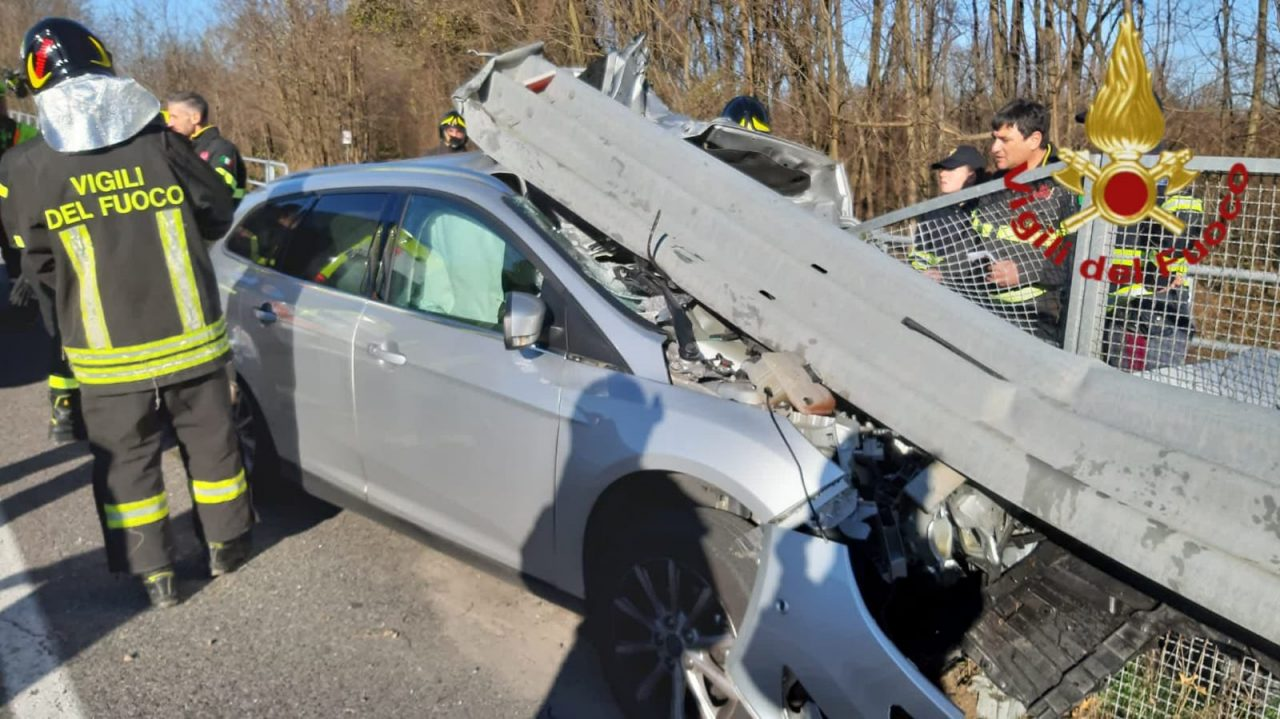 Lomazzo, incidente finisce contro guardrail