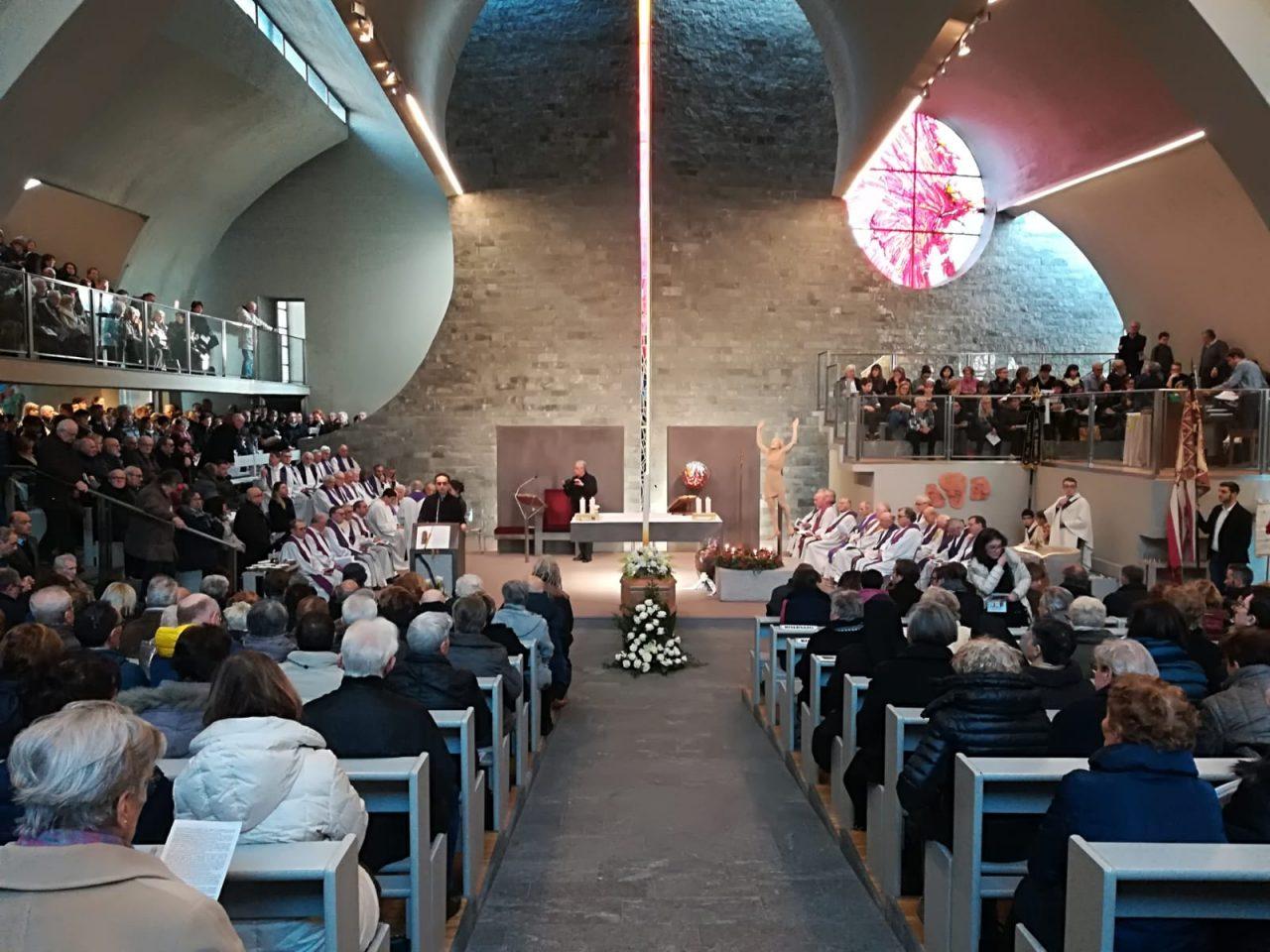 Legnano, folla al funerale di don Luigi Poretti