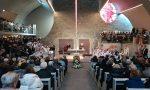 Una folla dà l'ultimo saluto a don Luigi Poretti – FOTO