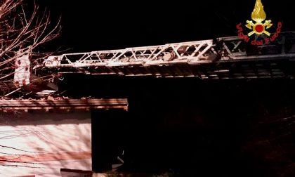 Vigilia di fuoco a Fagnano per un tetto in fiamme