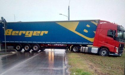 Camion fa manovra ma rimane intrappolato nel fango: traffico in tilt