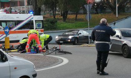 Ciclista investito, arriva anche l'elisoccorso
