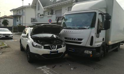 Scontro tra un camion e un'auto a Rescaldina FOTO