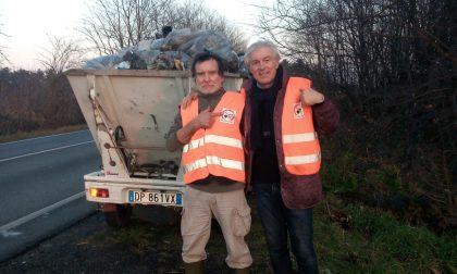 Volontari al lavoro per pulire le strade di Busto Garolfo