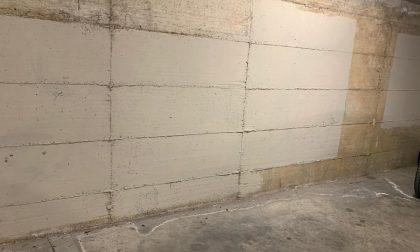 Atti vandalici al parcheggio sotterraneo, ragazzo ripulisce le scritte