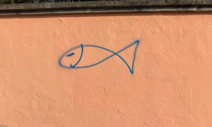 Spunta pesce sul muro di Casa Morandi a Saronno