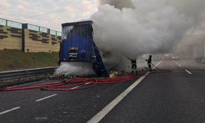 Camion di biscotti in fiamme in autostrada FOTO