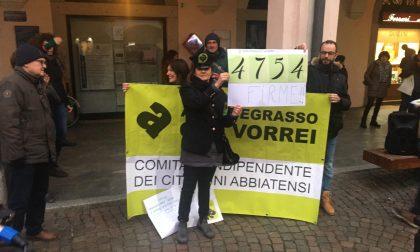 Abbiategrasso, flash mob contro il parco commerciale: consegnate 4754 firme