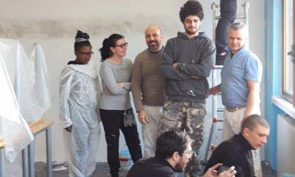 Rho: Studenti, professori e preside dipingono la scuola durante le vacanze