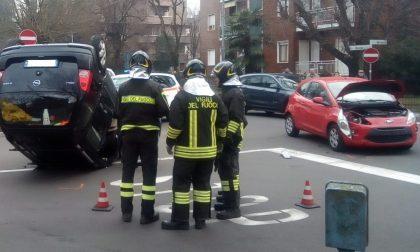 Garbagnate, scontro all'incrocio: auto si ribalta