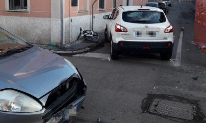 Incidente tra due auto e coinvolta anche una bici, feriti tre bambini