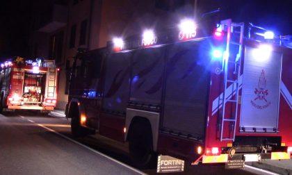 Garage in fiamme nella notte