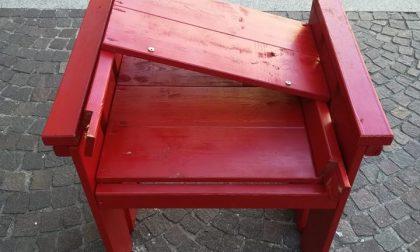 Vandali rompono la sedia rossa simbolo del no alla violenza di genere