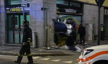 Automobile finisce nel fast food: un morto