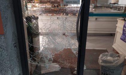 Nuovo colpo del ladro che spacca le vetrine con i tombini