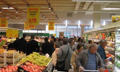 Starnutisce al supermercato poi scappa con la spesa