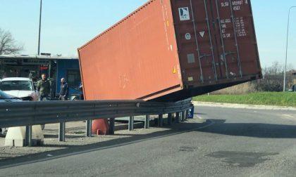 Camion si ribalta: conducente scappa lasciando il container in mezzo alla strada FOTO