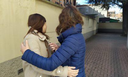 Baci e abbracci, poi la deruba