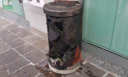 Dà fuoco al bidone: 17enne denunciato