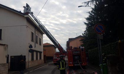 Prende fuoco il tetto: pompieri in azione