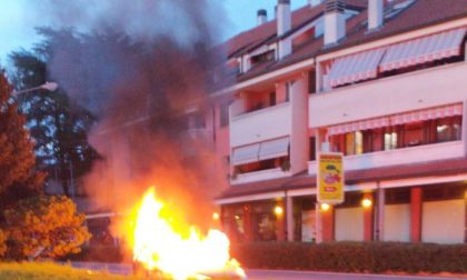 Auto in fiamme sul Sempione, il conducente si salva LE FOTO