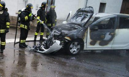 Auto prende fuoco dopo l'incidente con un'altra vettura