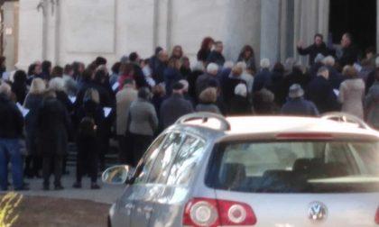 Folla al funerale di don Ruggero Conti, scatta la denuncia