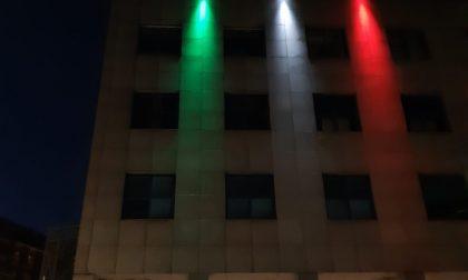Il palazzo s'illumina col tricolore per il XXV aprile