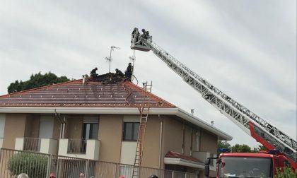 Incendio in villa: a fuoco un tetto FOTO