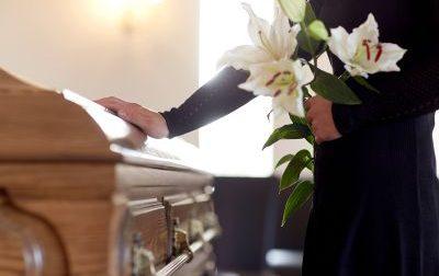 Infortunio in un'azienda di pompe funebri: gli cade la bara addosso
