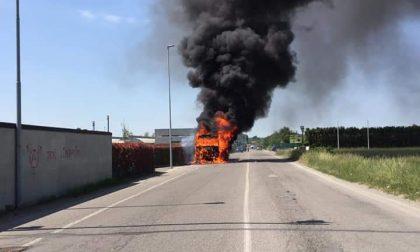 Paura a Bollate: prende fuoco un autotreno