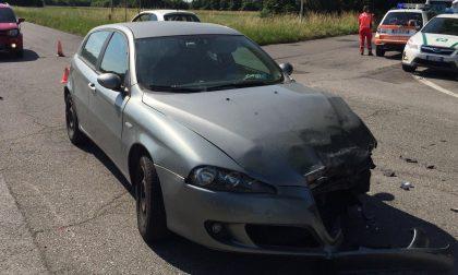 Auto si ribalta dopo lo scontro all'incrocio, paura a Nerviano FOTO