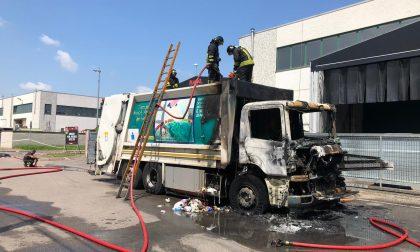 Camion della spazzatura distrutto dalle fiamme FOTO