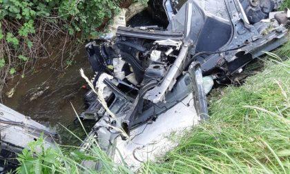 Gaggiano, rottami di automobili gettati in un fosso FOTO