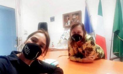 Vicesindaca indossa mascherina con motto fascista in Municipio FOTO