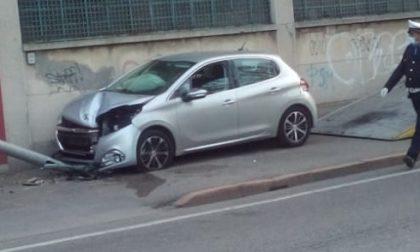 Auto sbanda sul Sempione e abbatte un lampione