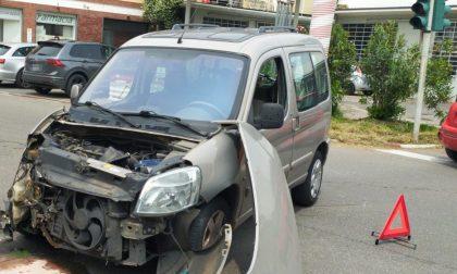 Schianto tra due auto, una abbatte un palo: black out nella zona FOTO