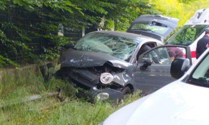 Paura a Rescaldina: auto finisce fuori strada e si schianta contro un muretto