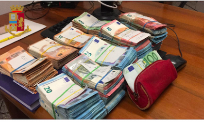 Coniugi nascondono 92mila euro nell'armadio e tentano di corrompere i poliziotti con la metà