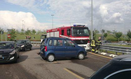 Scontro tra due auto alla rotonda della Fiera: traffico rallentato FOTO
