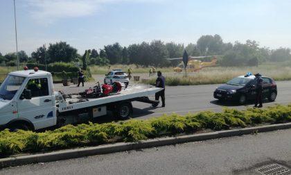 Grave incidente tra auto e moto: elisoccorso sul posto FOTO