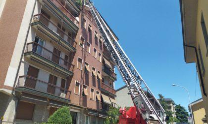 Incendio in un appartamento: pompieri e ambulanza sul posto FOTO