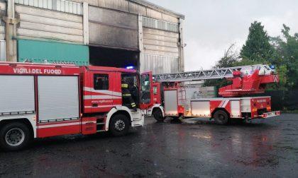 Incendio in un capannone della fonderia, arrivano ambulanze e pompieri