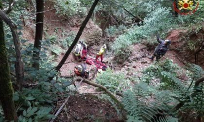 Cade nel dirupo mentre fa orienteering, è grave